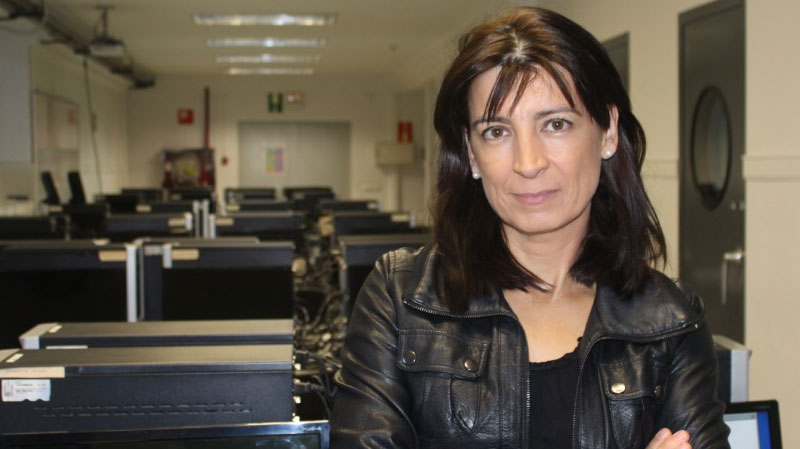 Dra. Elena Bandrés, el la sala de edición de Periodismo UNIZAR