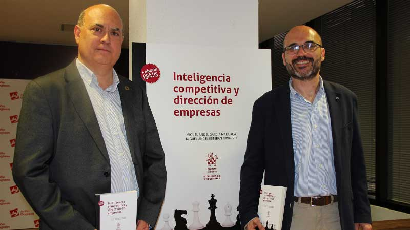 El profesor Esteban-Navarro en la presentación de su libro